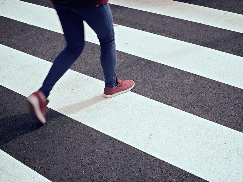 Gyalogos halad át a zebrán, biztonságban.