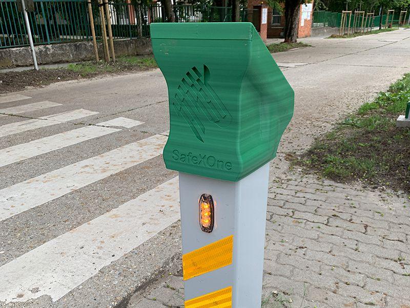 SafeXOne intelligens zebra sárga jelzőfénnyel mutatja az autósoknak, ha gyalogos halad át a zebrán.